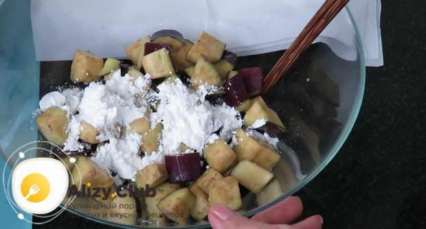 Вынимаем овощи из миски с яйцами