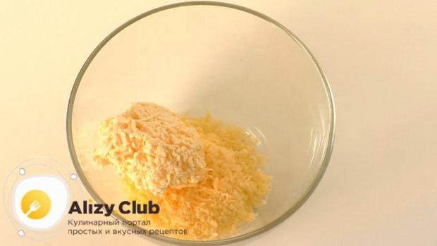 Для приготовления сырной закуска мандаринки, по рецепту, нарежьте сыр