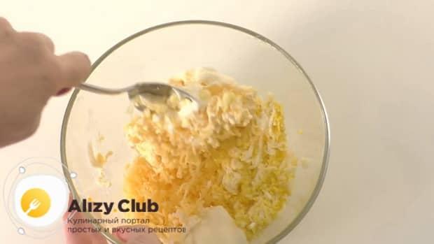 Для приготовления сырной закуска мандаринки, по рецепту, смешайте ингредиенты