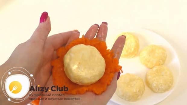 Для приготовления сырной закуска мандаринки, по рецепту, натрите морковь