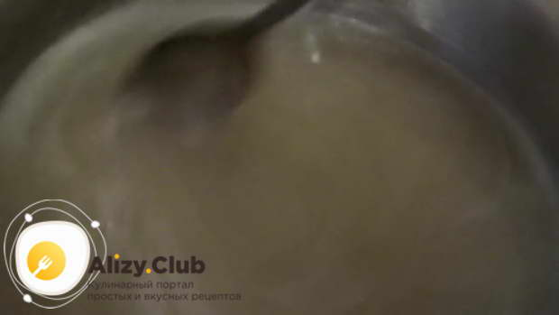 Ставим кастрюлю на плиту и доводим получившуюся жидкость до кипения