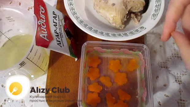 Морковь нарезаем тонкими кольцами и опускаем в небольшое количество холодной воды