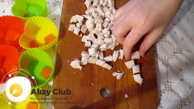 Отделяем куриное мясо от кости и нарезаем его маленькими кубиками