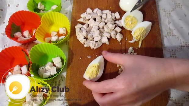 Отваренные вкрутую яйца очищаем от скорлупы