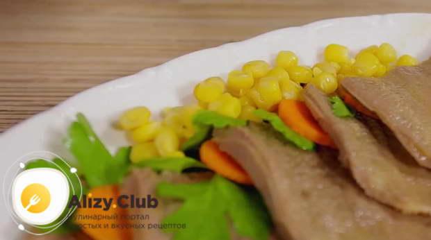 Также равномерно распределяем 25-30 г консервированной кукурузы