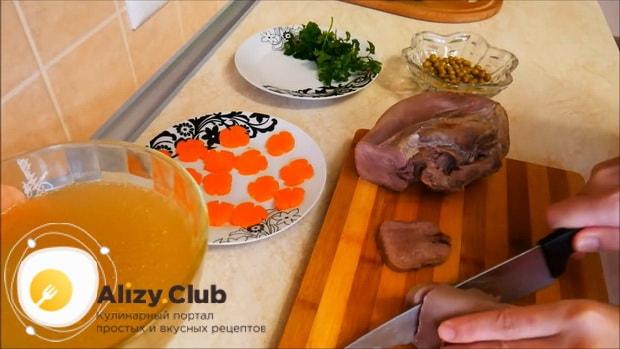 Для приготовления заливного из говяжьего языка, по рецепту нарежьте ингредиенты