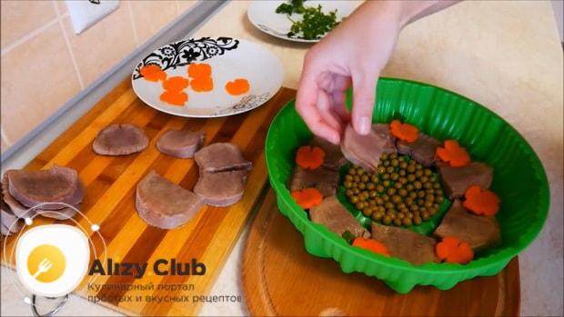 Для приготовления заливного из говяжьего языка, по рецепту выложите ингредиенты в форму