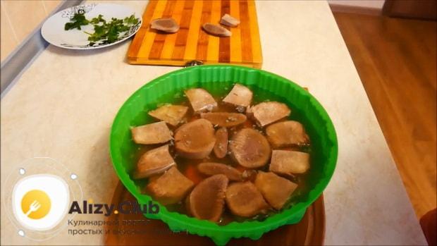 Для приготовления заливного из говяжьего языка, по рецепту залейте ингредиенты бульоном