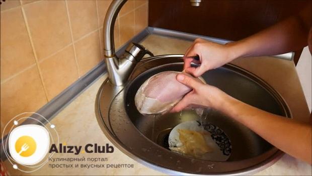 Для приготовления заливного из говяжьего языка, по рецепту очистите ингредиенты