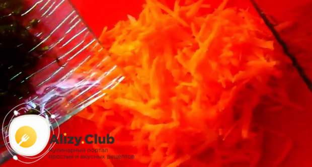 Очистить, помыть и натереть на крупной терке одну морковь