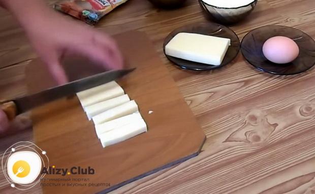 По рецепту для приготовления сырных палочек в домашних условиях, нарежьте сыр