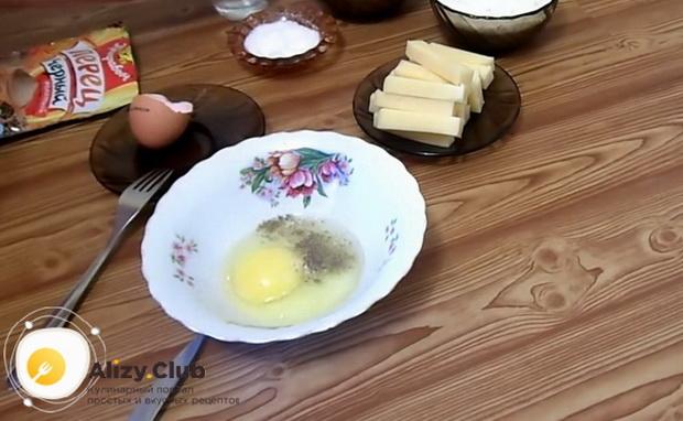 По рецепту для приготовления сырных палочек в домашних условиях, взбейте яйца