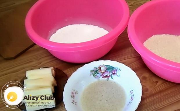 По рецепту для приготовления сырных палочек в домашних условиях, приготовьте панировку