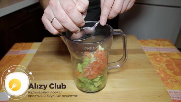 Приготовьте овощной соус для приготовления кукурузных чипсов начос