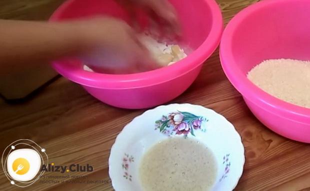 По рецепту для приготовления сырных палочек в домашних условиях, запанируйте сыр