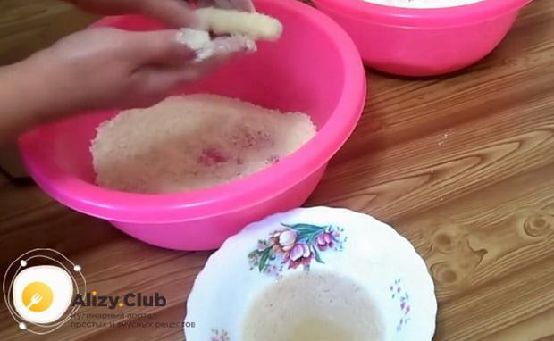 По рецепту для приготовления сырных палочек в домашних условиях, приготовьте ингредиенты