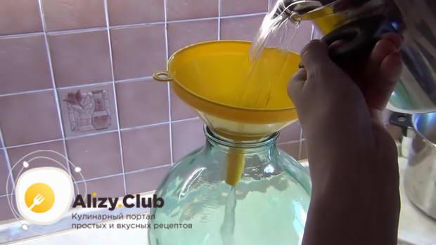 В отдельную кастрюлю наливаем литр очищенной воды и высыпаем килограмм сахара