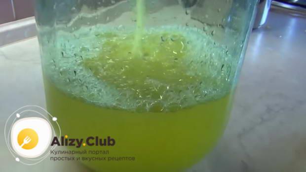 Выливаем апельсиновый настой тоже в бутыль
