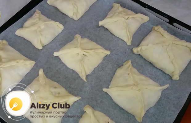 Готовые пирожки выложить на противень, застеленный пергаментом