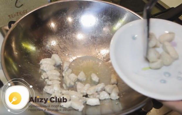 Обжарив кусочки курицы, пока убираем их со сковороды.
