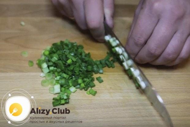 Нарезаем также немного свежего зеленого лука.
