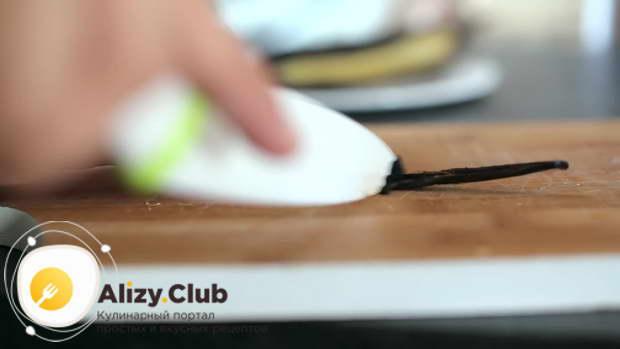 Разрезаем стручок ванили и достаем семена