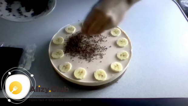 Половину плитки шоколада натрите на терке и засыпьте середину чизкейка