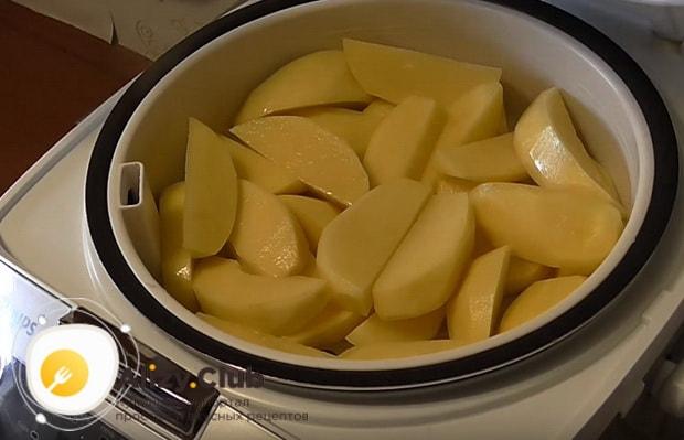 картофель нарезаем крупными дольками
