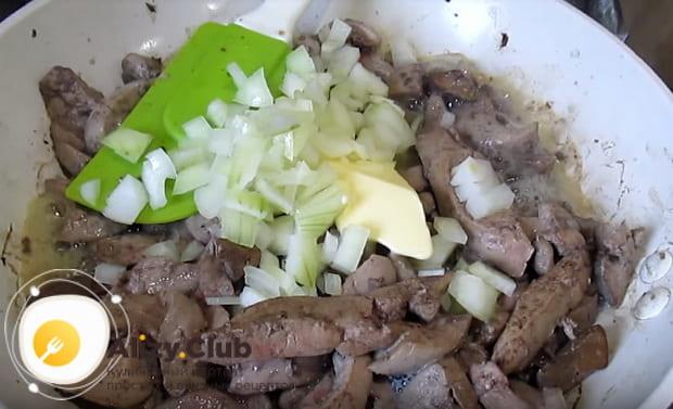 добавляем лук и сливочное масло