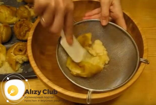 Перетираем яблоки через сито.