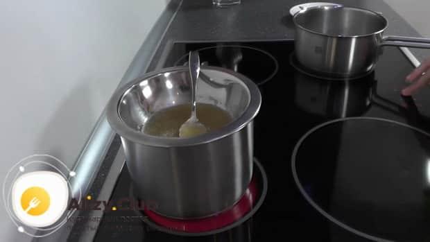 Для приготовления белково-заварного крема. по рецепту, растворите желатин на водяной бане