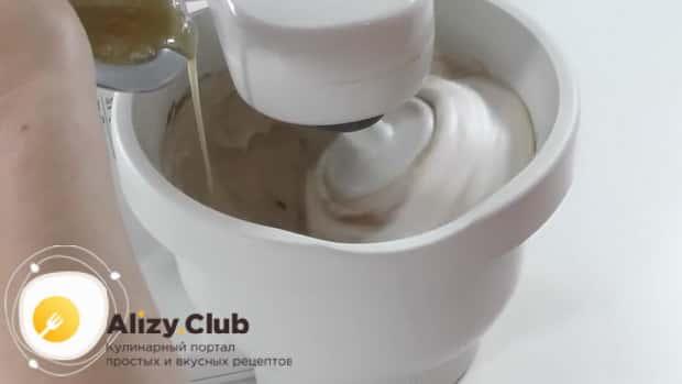 Для приготовления белково-заварного крема. по рецепту, добавьте желатин и масло