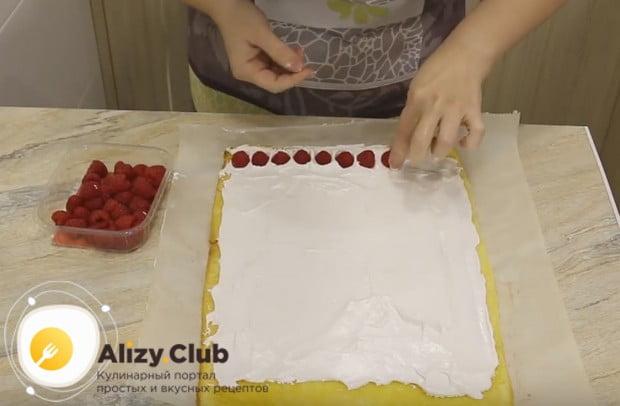 Бисквитный рулет по очень вкусному и простому рецепту сделаем с ягодами.