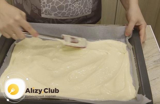 Выливаем тесто на пергамент и разравниваем.