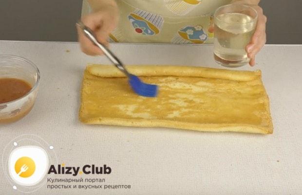Сначала смазываем тесто сиропом для пропитки.