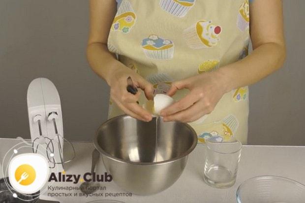 А по этому пошаговому рецепту можно приготовить бисквитный рулет с повидлом.
