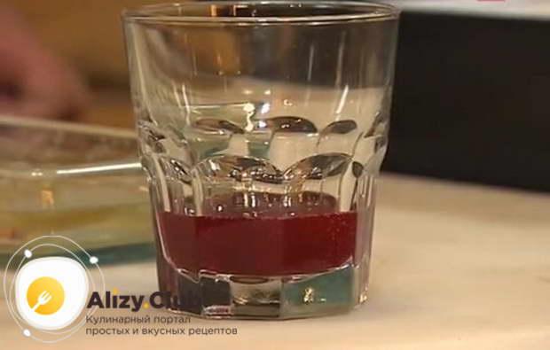 В стакан налейте 1/4 часть красного варенья