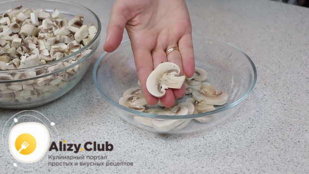 Почистить и произвольно нарезать 500 г грибов