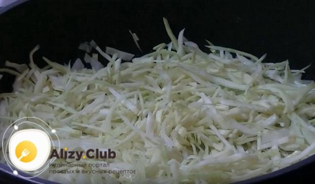 добавляем капусту на сковороду