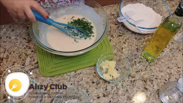 Добавляем в тесто по 3 столовые ложки тертого пармезана