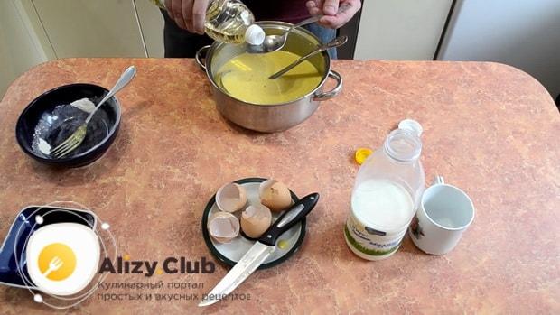 Для приготовления блинов с творогом и сгущенкой, добавьте масло