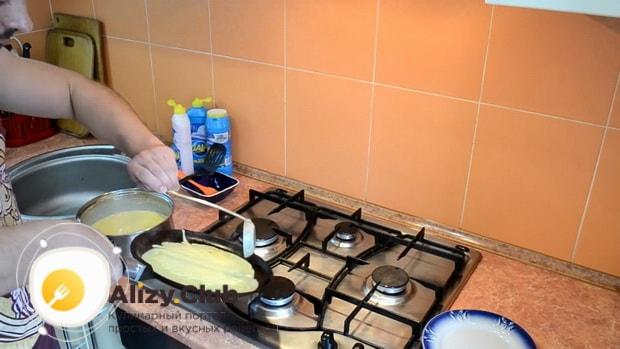 Для приготовления блинов с творогом и сгущенкой, разогрейте сковородку