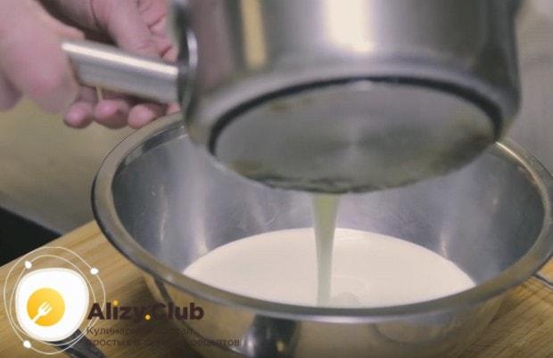 Толстые блины на дрожжах проще всего приготовить по рецепту с кефире.