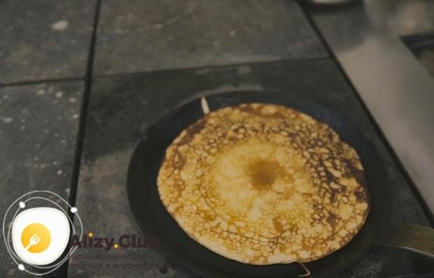 Толстые пышные кислые блины на дрожжах по этому рецепту выпекаем на хорошо разогретой сковороде, смазанной маслом.