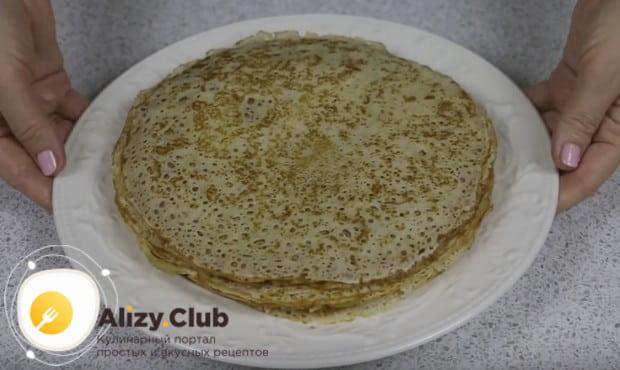 Приготовленные по этому рецепту тонкие дрожжевые блины на молоке прекрасно сочетаются и солеными, и со сладкими начинками.