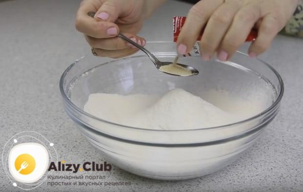 Тонкие блины будем готовить на молоке с сухими дрожжами.