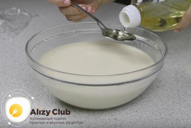 В готовое тесто добавляем растительное масло и перемешиваем.