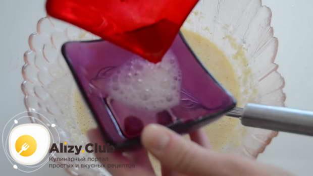 В небольшой емкости гасим 7-8 г соды 15 мл уксуса и добавляем в миску с тестом