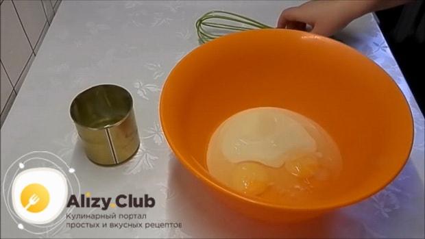 По рецепту для приготовления блинов со сгущенкой, смешайте ингредиенты