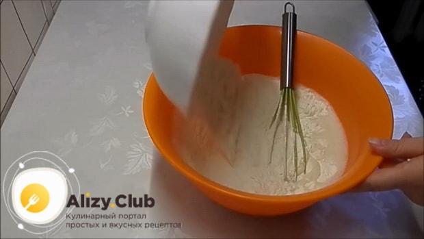 По рецепту для приготовления блинов со сгущенкой, добавьте муку
